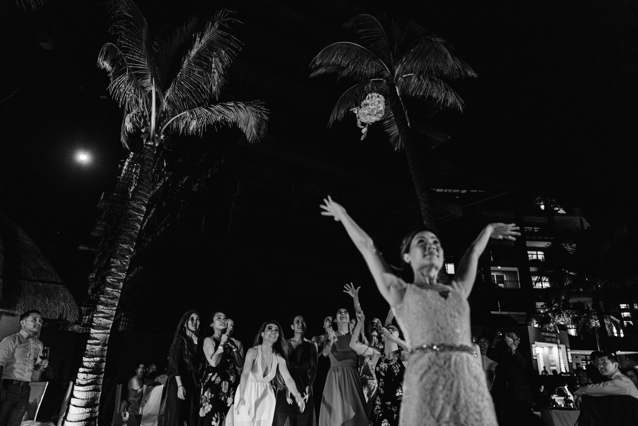 bouquet toss bride in Cancun Mexico
